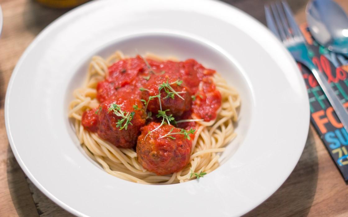 spaghetti mit hackfleischb llchen und tomatensauce schnippeln und kochen rezepte und kochideen. Black Bedroom Furniture Sets. Home Design Ideas